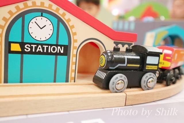 リニューアルしたキドキドテラスモール湘南店木の電車の写真