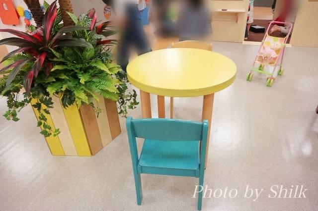 リニューアルしたキドキドテラスモール湘南店小さな椅子&机の写真