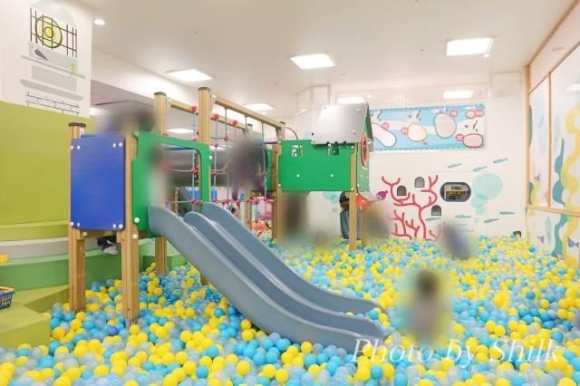 リニューアルしたキドキドテラスモール湘南店ボールプールの遊具の写真