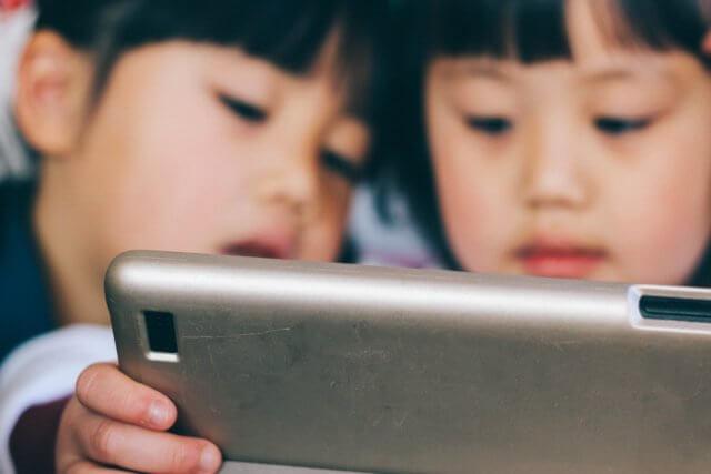 タブレットで動画を見る子供たちのイメージ