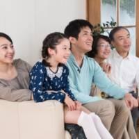 家族でテレビを見ているイメージ