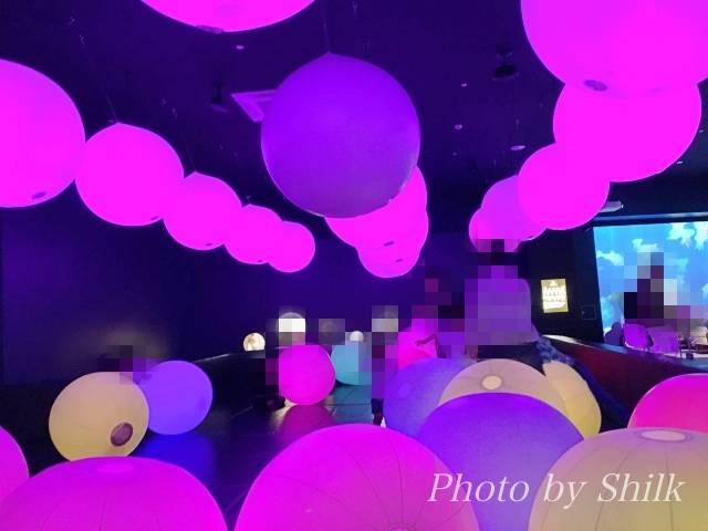 ららぽーと湘南平塚のチームラボ内:光のボールでオーケストラ