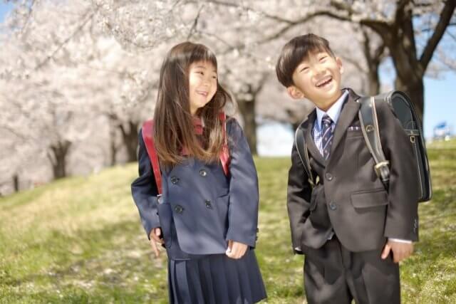 制服を着た小学生のイメージ