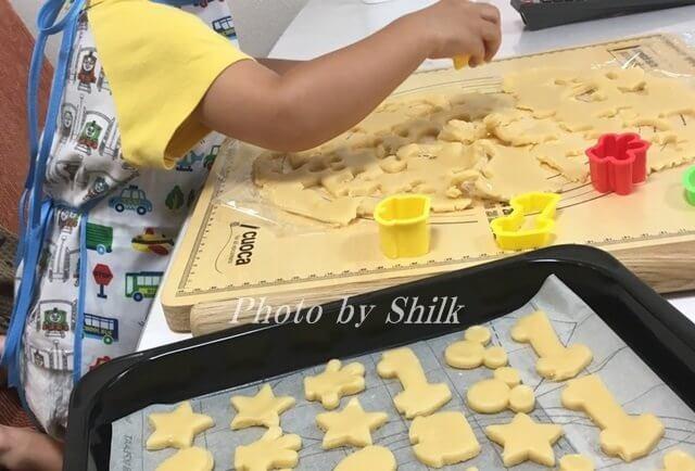 クッキーを作るチビちゃん