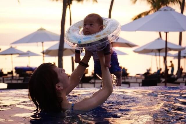 ママと赤ちゃんでプール