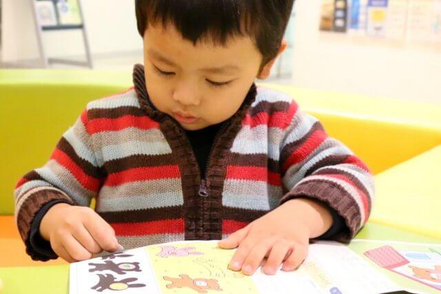 子供が絵本を読むイメージ