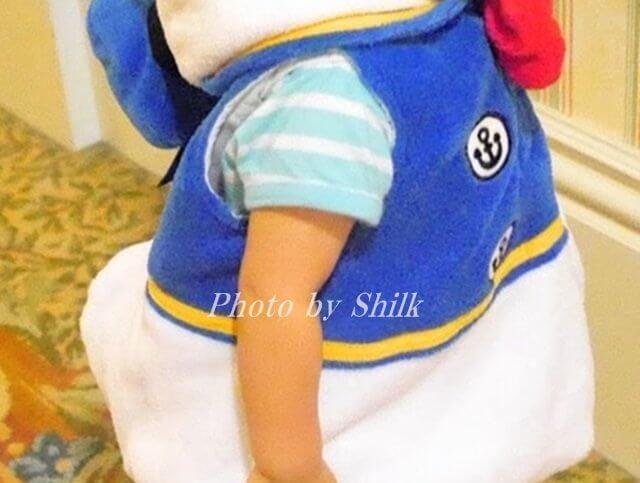 ドナルドのコスチュームを着た子供