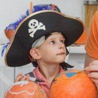 ハロウィン海賊の仮装をする男の子
