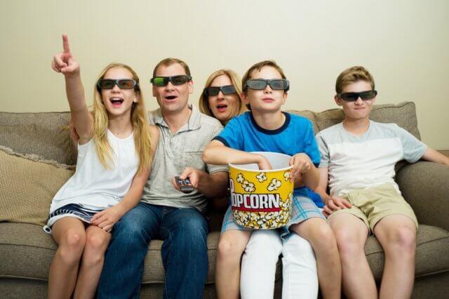 家族で映画鑑賞をしているイメージ