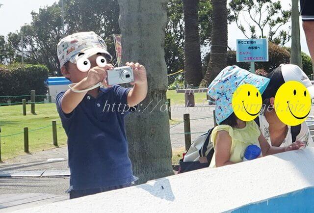 油壺マリンパークデジカメ撮影する4歳児