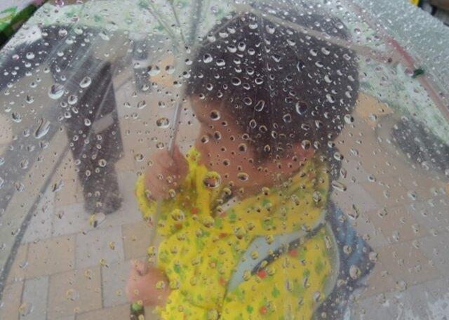 雨の日にお出かけする子供