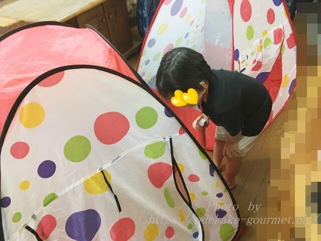 室内テントで遊ぶ子供たち