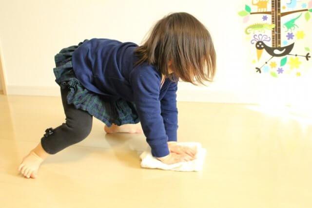大掃除を手伝う子供