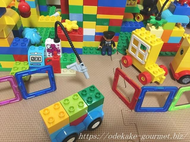 マグフォーマーとレゴで遊ぶ写真