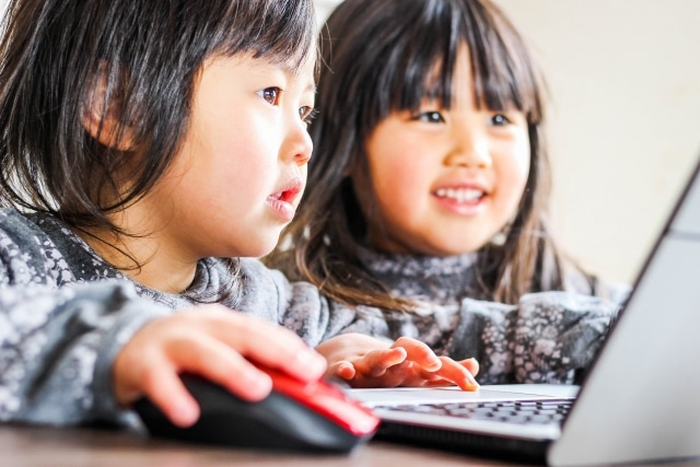 動画を見る子供の写真