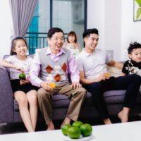 家族で動画を楽しむ写真