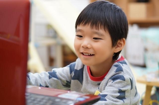 動画を楽しむ子供の写真