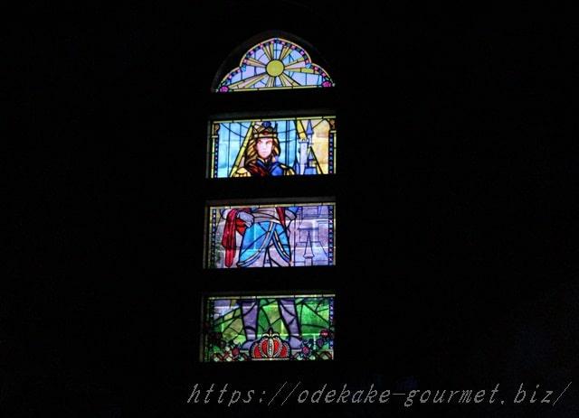 tdl美女と野獣のお城の中のステンドグラス写真
