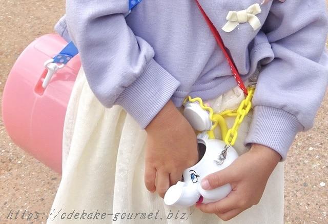 TDLポット夫人のスナックケースのグミを食べる子供の写真