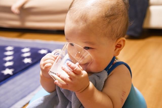 水を飲む子供のイメージ写真