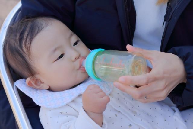 ミルクを飲む赤ちゃんのイメージ写真